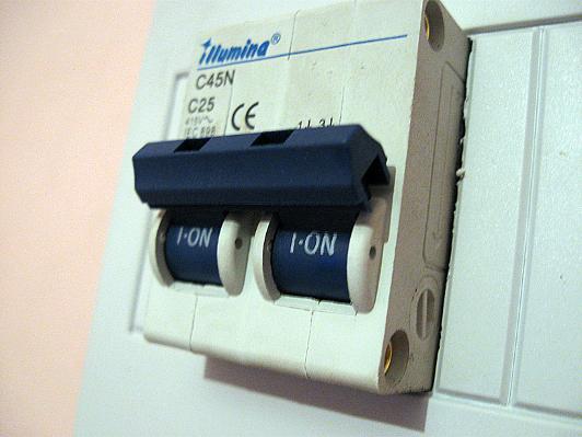 Industria, incapaz de parar el descontrol de la luz; nueva subida en octubre