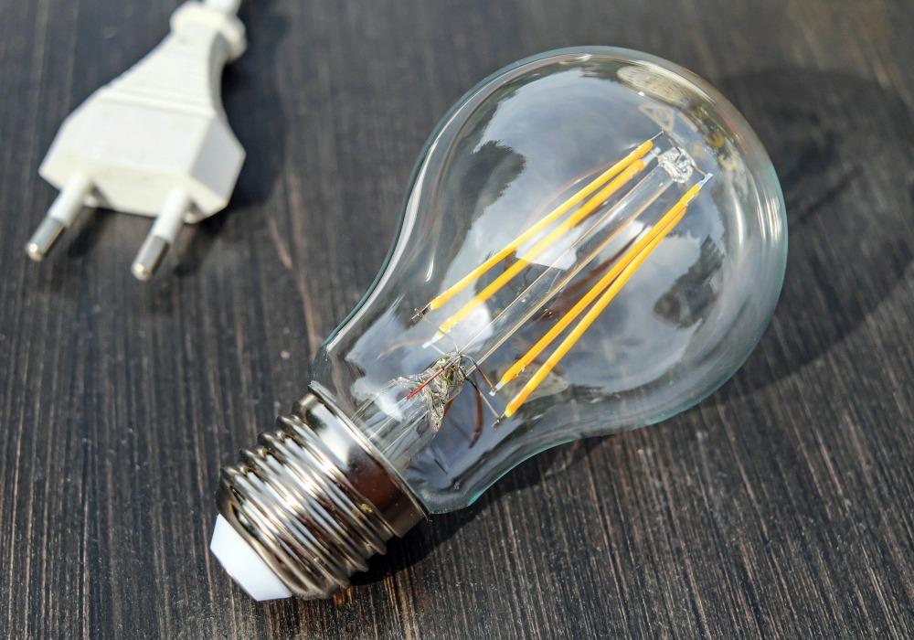 La factura de la luz aumenta y no porque los consumidores gasten más ¿Qué nos esconden las empresas energéticas?
