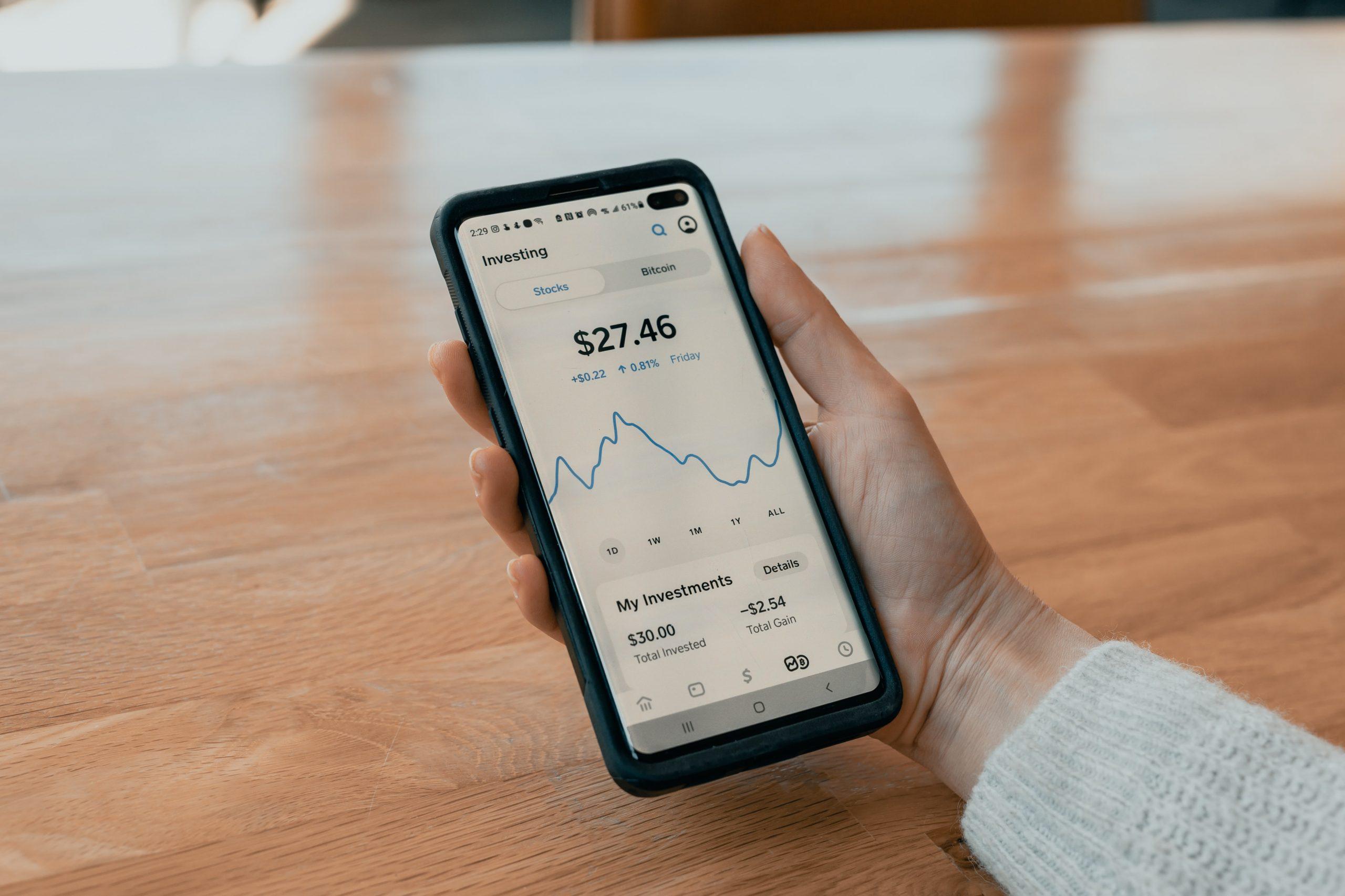 """ADICAE avisa de la presencia de productos financieros """"camuflados"""" en la banca móvil"""